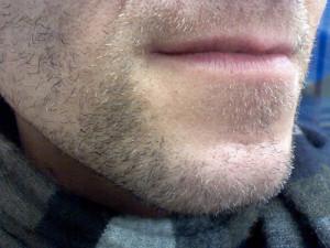 髭の伸びた男性