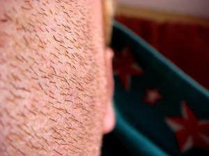 髭が濃い男性-1