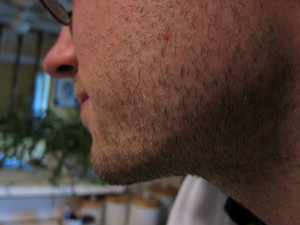 髭が濃い男性-2