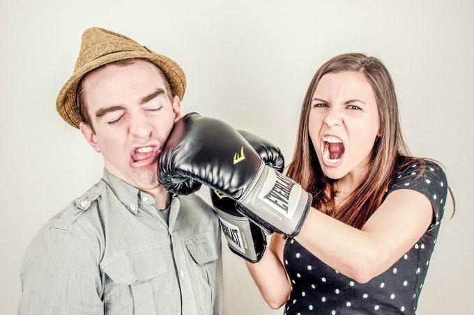 男に嫌悪感を抱く女性のイメージ