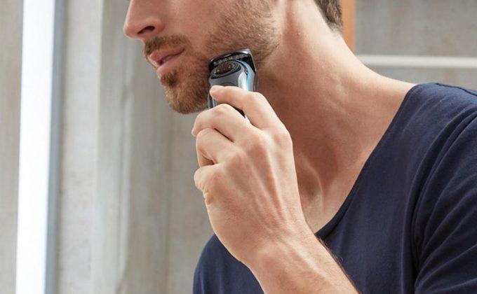 ヒゲトリマーを使用する男性