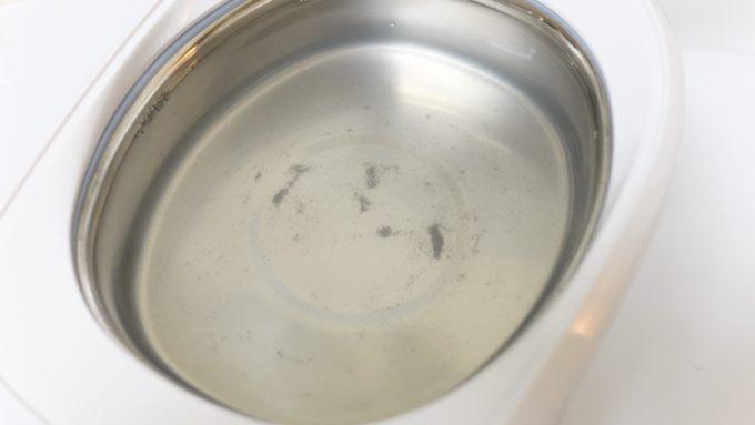 超音波洗浄後の汚れた水