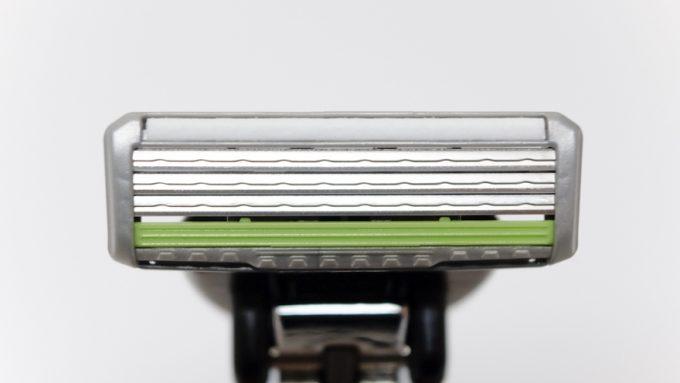フェザーエフシステムサムライエッジは3枚刃T字カミソリ