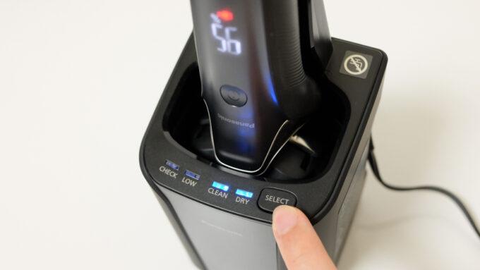 ラムダッシュ6枚刃シリーズ付属の全自動洗浄充電器でコース選択する様子