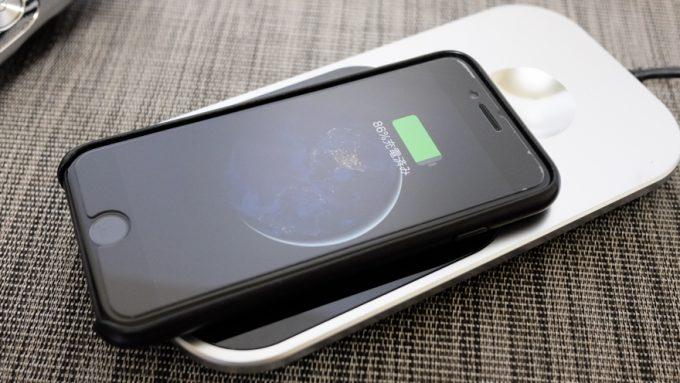 フィリップスS9000プレステージの付属パッドでiPhone8を充電する様子