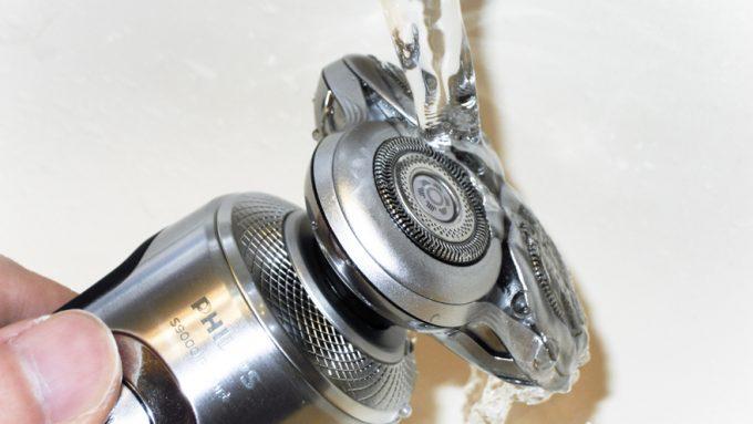 フィリップスS9000プレステージを水洗いする様子