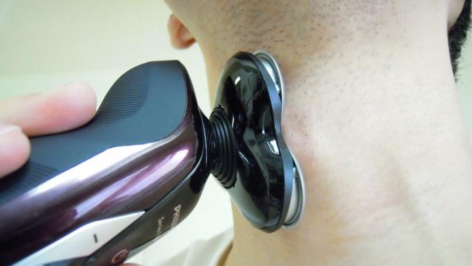 philips9000シリーズで喉仏をシェービング
