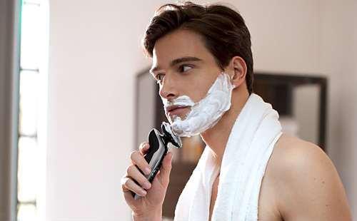 ウェット剃りする男性