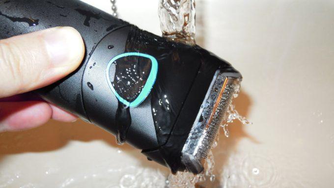 BRAUNシリーズ1を水洗いする様子
