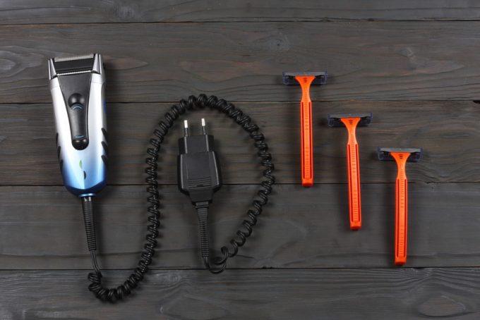 電気シェーバーとT字カミソリが並んだ画像